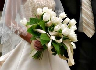 Невеста бросила свой букетик