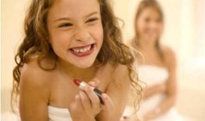 Девочка-подросток и косметика