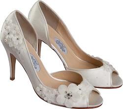 Как дополнительно украсить свадебную обувь